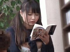 書店でエロ本の立ち読みに夢中なお下げ髪の生徒会長は背面からマーラ様入れられて孕ませセックスされても気づ...