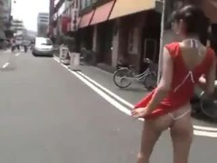 露出 メガネっ娘少女が極小水着で街を歩くと