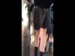 エスカレーターで女子校生のスカートをめくりパンチラをスマホで撮影