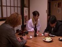 割烹着姿が美しい小料理屋の女将を2人のリーマンがレイプ、イラマチオされ...