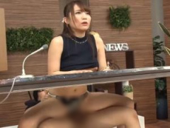 挿入しながら淫語ニュースを読み上げる巨乳の痴女子アナウンサー