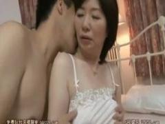 母子相姦 高島和代 息子とお風呂で体を洗いあった後はベッドで息子に身を...