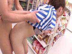 S級スレンダー美女 希崎ジェシカちゃんが、コンビニで騎乗位&立ちバックで...