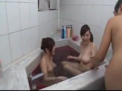 近親相姦 酔ったデカ乳の姉2人が風呂に乱入! 男性器を弄られて自室に逃げ...