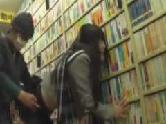書店で立ち読みしていたJKを媚薬痴漢レイプ動画