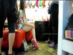 パンチラ 靴の試着してるスレンダーお姉さんを対面からパンチラ盗撮! 大股...