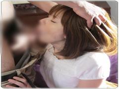 人妻の喉奥を激しく突くイラマチオ! 苦しさに耐えながらも射精させるしか...
