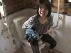 個人撮影 近所のおばさんと凌辱公園お散歩 野外セックス&トイレで放尿まで...