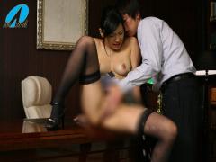 社長室で大股おっぴろげて大量潮吹きするタイトスカートの美脚社長秘書