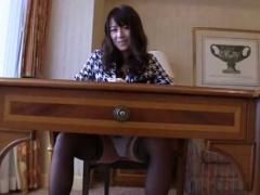 机の下からパンチラを覗いてバレるとおま〇こを擦ってマンスジをつける痴女