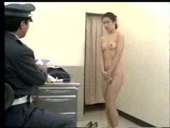 スカトロ コカインを運んでいると疑いをかけられた美人CAが検査のために全...