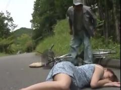 自転車ごと拉致される熟女。山の中で中出しされる