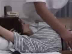 ビジホに宿泊する熟女が出張マッサージ師のチンコを足コキしてしまう 擦り...