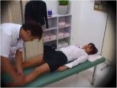 若いOLさんの太腿や脚の付け根ばかりを集中ケアする男性マッサージ師