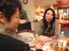 彼女の母 彼女のお母さんがテーブルの下から僕のチンポをしゃぶってきた