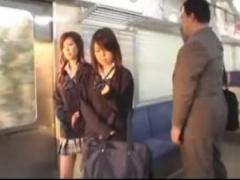 JK逆痴漢 電車がガラガラなのをいいことに二人の制服女子校生がサラリーマ...