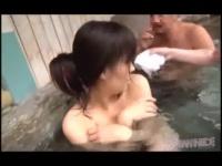 露天風呂で黒髪のお姉さんを襲い指マンする動画