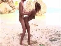 浜辺で人の荷物を勝手にあさってた黒ギャルに中出し!