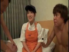 素人 牛丼屋でアルバイトをする美少女が制服姿で3Pエッチ