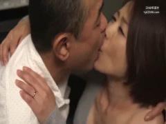 四十路の剛毛マンコに黒乳首が熟女っぽくてやらしい人妻が台所で不倫SEX