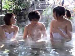 混浴温泉でショタの勃起チ○ポに興奮したママ友たち