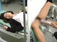産婦人科に来た熟女が鬼畜ドクターに電マで潮吹きされる! しかもチンポ挿...
