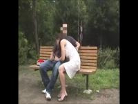 公園のベンチに佇んでいるカップルが、何食わぬ顔でカラミ始める露出プレイ