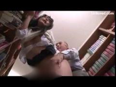 図書館で下着を脱がされてレイプ痴漢されるメガネJK動画