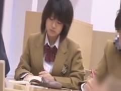 図書館でおぼこいJKを強引に手マン痴漢動画