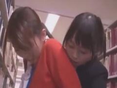 図書館で司書を手マン痴漢するレズOL動画
