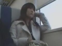 電車で隣の席のM男を手コキ逆痴漢抜きする痴女お姉さん動画