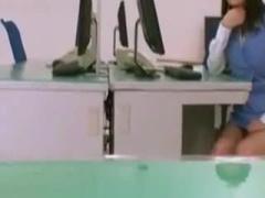 オフィスガールが机の下からパンチラ誘惑する痴女動画ww