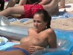 ヌーディストビーチ盗撮 巨乳美女がおっぱい丸出しで海水浴! 周りの男が羨...