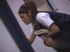 図書館で勉強中の童顔なJKをこっそり痴漢動画