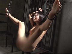 暗い独房のような部屋で冷たい鎖で拘束されてアナル拷問を受ける美少女