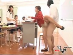 授業中に覆面男が侵入して女先生や女生徒JKをチ◎ポで突きまくる!