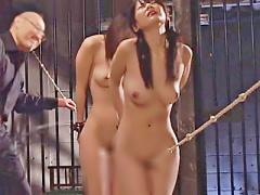 巨乳奴隷二人が手錠拘束されこぶ縄SM調教で擦れるクリトリスに快感を感じ...