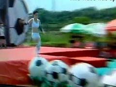 水の中に落ちておっぱいポロリンする台湾美女