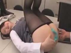 オフィスで手マンされる制服OL やめて~! フェラで反撃するも挿入されて悶絶