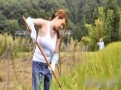 羞恥露出 ど田舎農村ぐらしのむっちり巨乳独身美熟女がノーブラ弟ランニン...