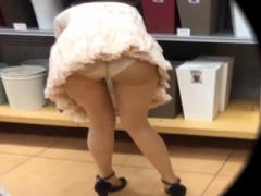 パンチラ 胸チラ盗撮 エッチな巨乳お姉さん達のオッパイとお尻を覗き見!