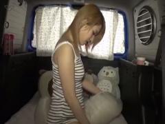 車の後部座席で自撮りしながらクッションに股間をこすりつけてオナニーす...