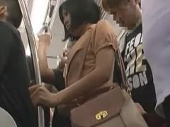 電車で集団バイブ痴漢されて潮吹きしちゃうお姉さん動画