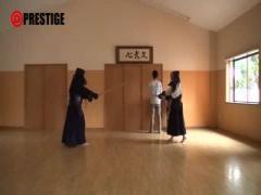 剣道部の女子大生が、袴を開けてパイマンをイジられたあと、デカチンをフ...