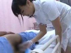 やってみよっか 先輩に指示され尿瓶で患者の用を足すお助けをする看護師 ...