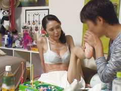 高齢熟女ナンパ企画 スレンダーで美熟女な四十路おばさん素人人妻が手コキ...