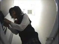 JK 制服女子校生のトイレでおしっこ放尿を盗撮 薄めモザイクのおまんこド...