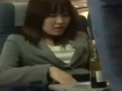 飛行機で出張中のOLが潮吹きするまで手マン痴漢動画