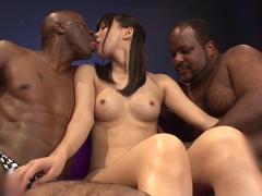 美少女が黒人2人に囲まれてるって、一見すると激ヤバ映像みたいww
