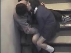 個人撮影 おーい! 撮られてるぞw非常階段でイチャつく学生カップルを隠し...